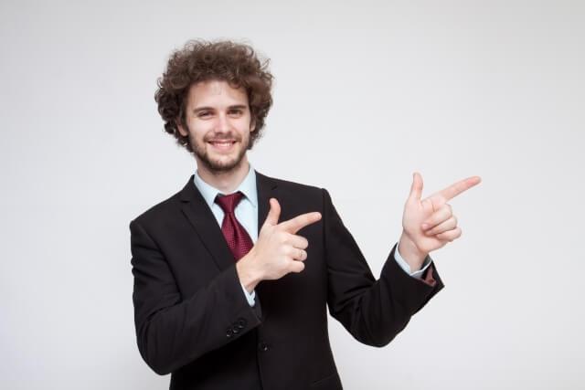 指を指す男性